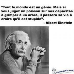 """Portait d'Einstein avec la citation : """"tout le monde est un génie. Mais si vous jugez un poisson sur ses capacités à grimper aux arbres, il passera sa vie à penser qu'il est stupide."""""""