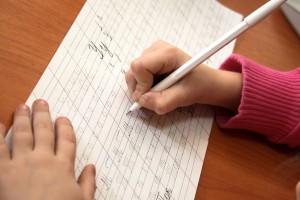Une petite fille écrit