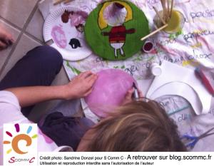 enfant en train de fabriquer un outil pour exprimer ses émotions