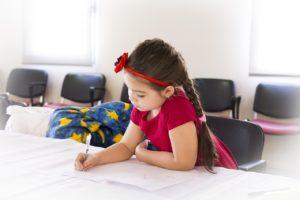 survivre aux devoirs : fille qui fait ses devoirs
