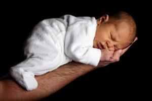 nouveau-né : position ventrale pour calmer les pleurs des bébés