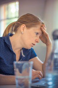épuisement mère de famille face aux taches ménagères et aux enfants