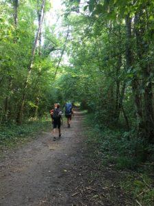aventure en famille : sur un chemin au bord du Rhone