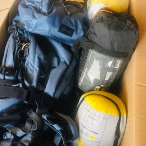 aventure en famille : sacs à dos, duvets, tapis de sol, et tout le matériel de camping