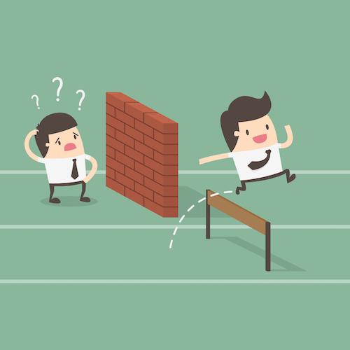 la continuité pédagogique ne signifie pas pression et stress : traduction de l'inégalité avec 1 élève devant un mur et un autre devant un obstacle