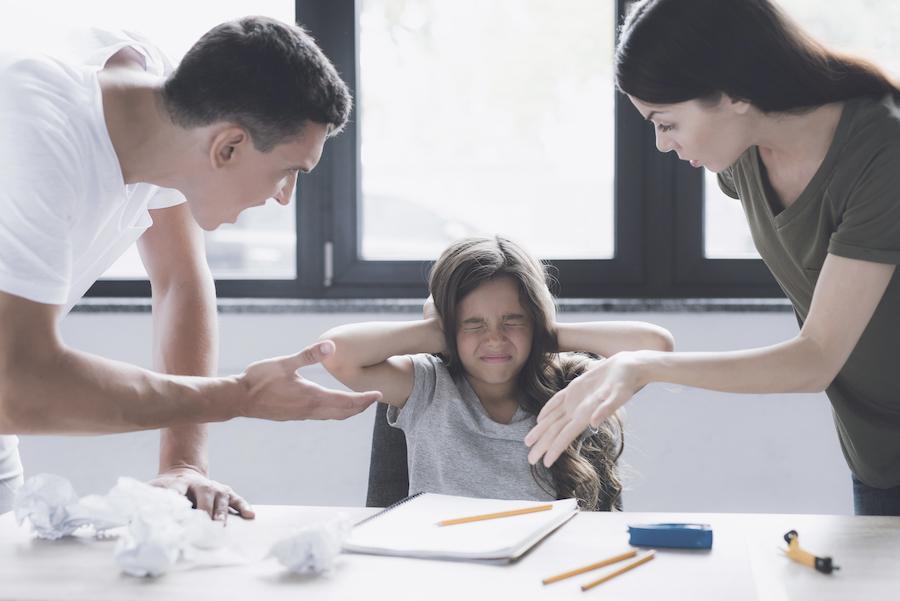 la continuité pédagogique ne signifie pas stress et pression : des parents grondent leur enfant